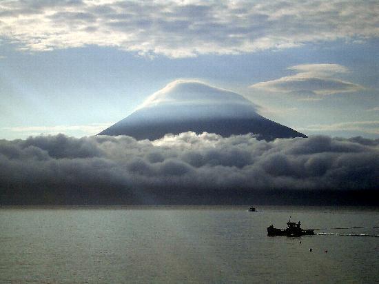 La isla de Pico desde el paseo marítimo de Horta (Faila).