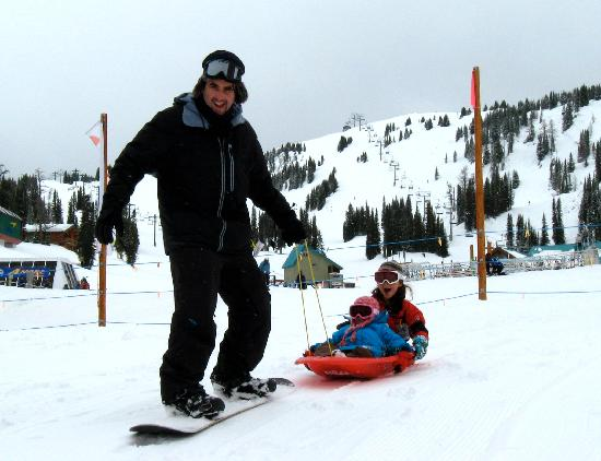Sunshine Mountain Lodge: Husband pulling little one down the hill