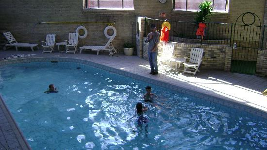 Delta London Armouries Hotel: Indoor pool