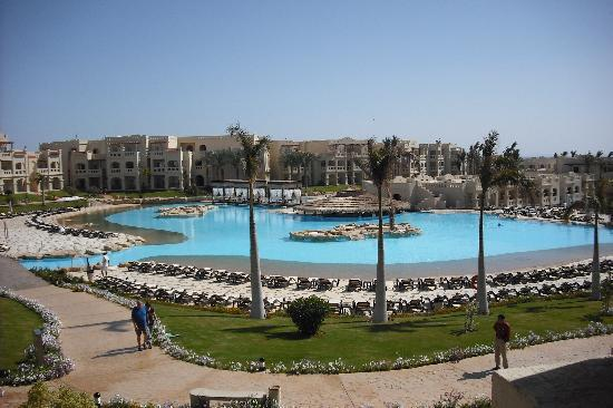 Rixos Sharm El Sheikh : piscine très propre et assez de fauteuils