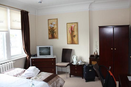 Manor Park Hotel: Otra habitación, amplia e iluminada