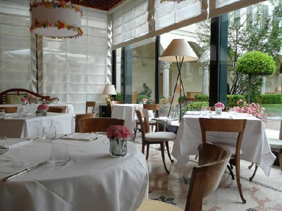 Four Seasons Hotel   Milano: Breakfast (La Veranda)  Overlooking The  Courtyard