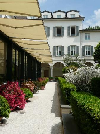 Four Seasons Hotel   Milano: Another Shot In The Courtyard(La Veranda In The