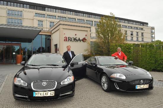 A-ROSA Travemuende: Jaguar vor dem Hotel-Foto:Maka
