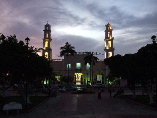 Coral Reef Inn: Church across the street at night