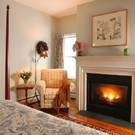 Inn at Green River: Van Deusen with queen four poster bed facing gas fireplace