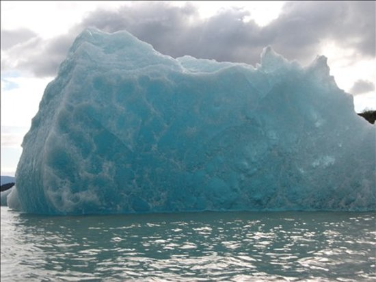 Juneau, AK: Beautiful Blue Iceberg while Kayaking