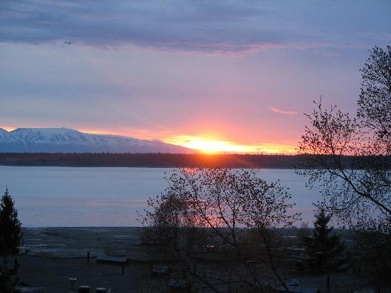 ‪‪Susitna Place‬: Evening view of Susitna mountain from our deck in Susitna room.‬