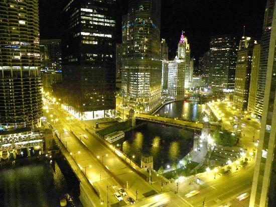 Chicago renaissance hotel great night river view from for Nice hotels downtown chicago