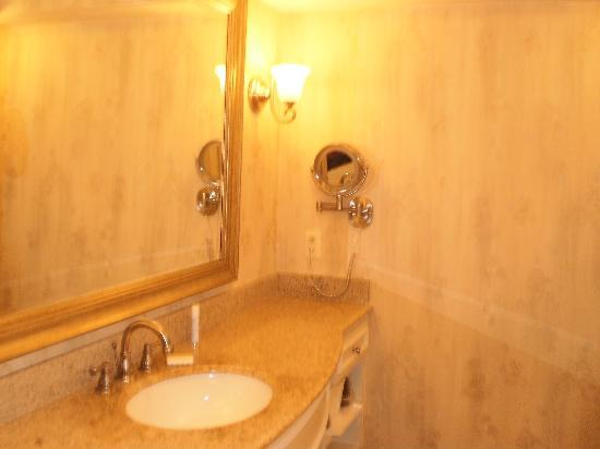 Country Inn & Suites By Carlson, Metairie (New Orleans): granite countertop (camera made it look yellow, but its not)