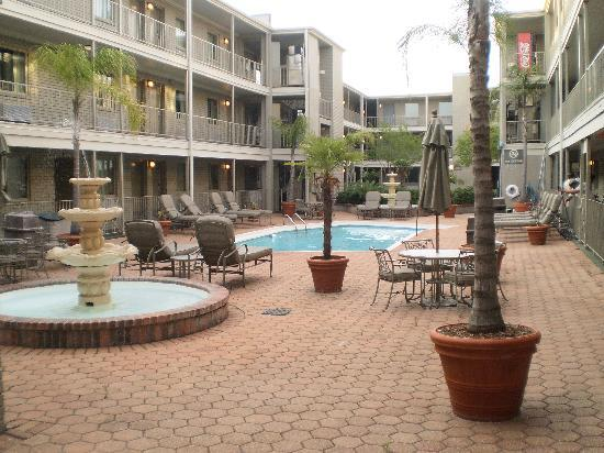 Country Inn & Suites By Carlson, Metairie (New Orleans) : 3 floors, 2 elevators (northside & southside)