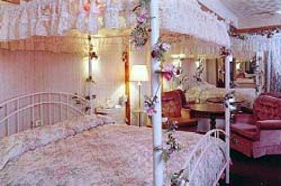A1Economy Inn: Bridal Jacuzzi Room