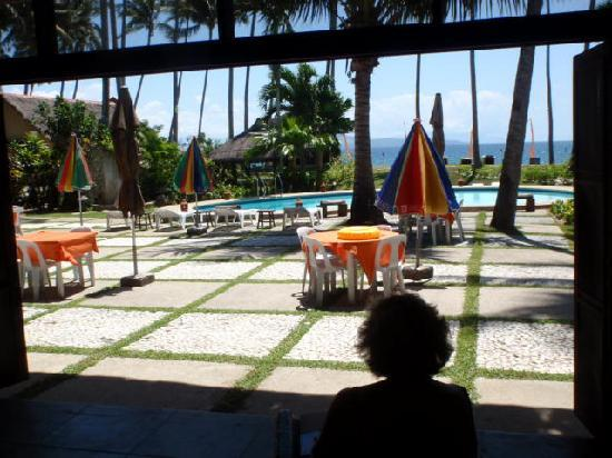 Oceana Beach Resort: Chillin', with the breeze, the palms and the sea