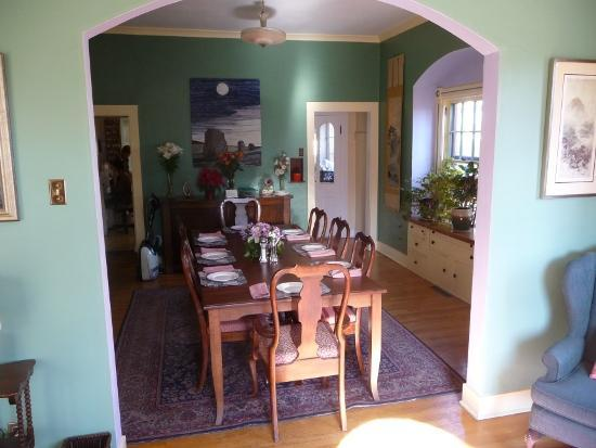 Briar Rose Bed and Breakfast: Breakfast Room
