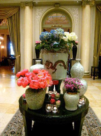 BELLEVUE PALACE Bern: Lobby Flowers