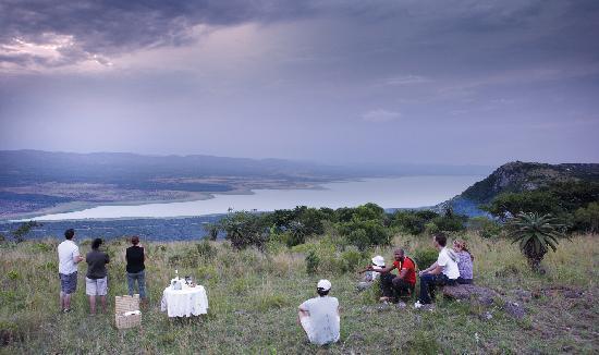 Ghost Mountain Inn: Sundowners overlooking Lake Jozini