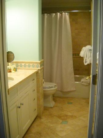 Pelham Court Hotel: bathroom suite #1