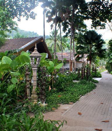 Thavorn Beach Village Resort & Spa: Walking in the gardens