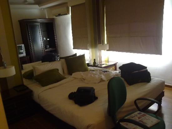 Hotel Sandhya : A view of the room, a nice mirror behind the headboard ;-), no luggage rack
