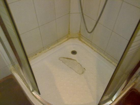 Hotel Sandhya : the showerstall with dirty walls and a broken floor