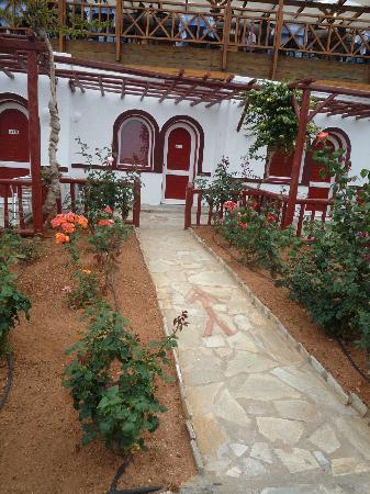Mitsis Rinela Beach Resort & Spa : Chambre vue de l'éxterieur, avec sa petite terrasse!