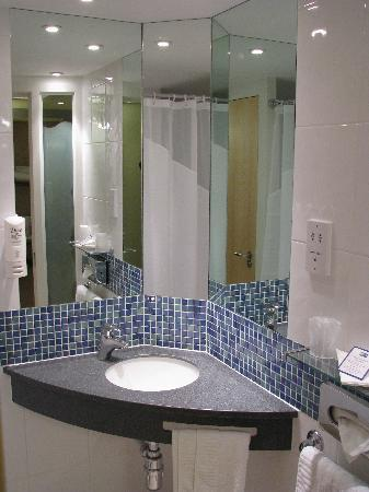 Bathroom Picture Of Holiday Inn Express Hull City Centre Kingston Upon Hull Tripadvisor