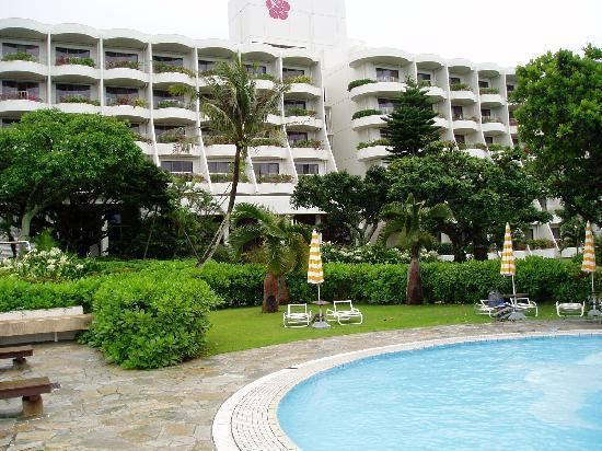 Miyakojima Tokyu Hotel & Resorts : プールから見たオーシャンウィング棟