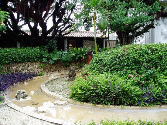 Miyakojima Tokyu Hotel & Resorts : 中庭には水が流れていて癒される