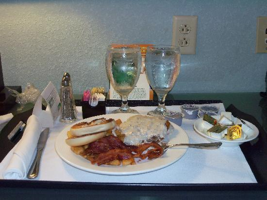 Holiday Inn Hotel & Suites, Williamsburg-Historic Gateway: Our breakfast, courtesy of room service. Great portion sizes!