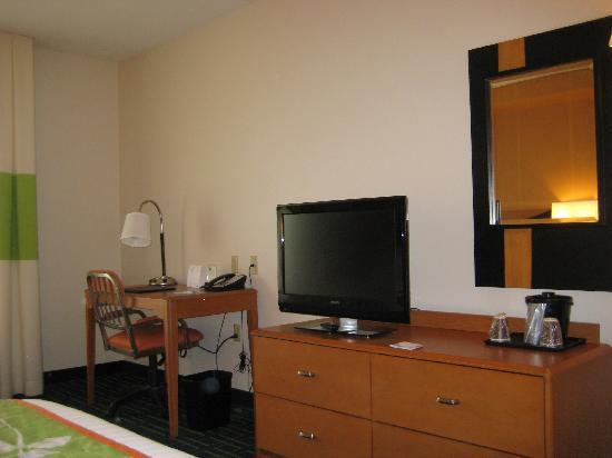 Fairfield Inn & Suites Carlisle: tv, desk