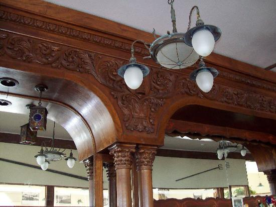 The Pier Chowder House & Tap Room : Intricately carved wooden bar