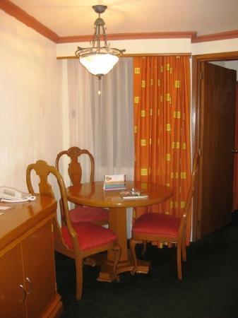 Guadalajara Plaza Ejecutivo Lopez Mateos: Room Table (Suite)