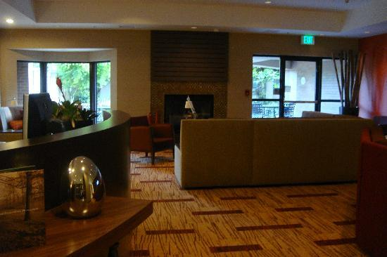 Courtyard Portland Southeast/Clackamas: Lobby Lounge with fireplace
