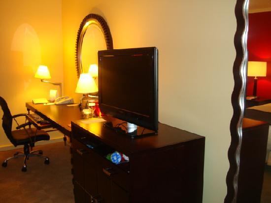 Hilton Orrington/Evanston: one side of the room
