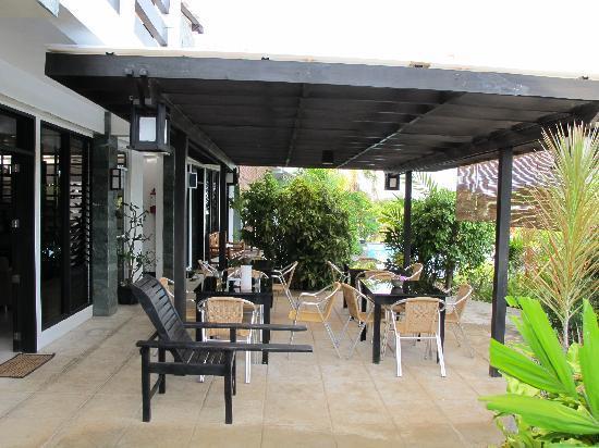 لا بيرنيلا بيتشفرونت ريزورت: the patio