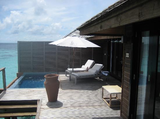 Lily Beach Resort & Spa: Deck facing plunge pool