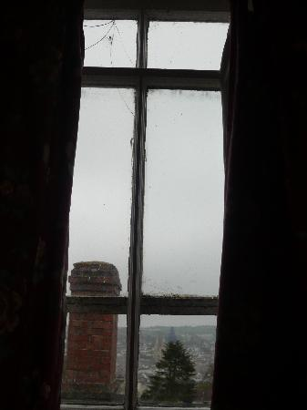 The Donnington Guesthouse: Cracked window