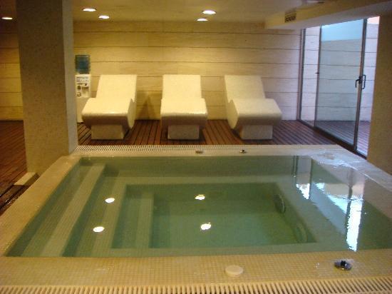 HM Jaime III: Ahh, spa...hot tub and heated chairs