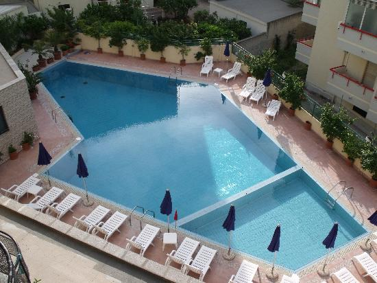 Rina Hotel: Swimming pool from above