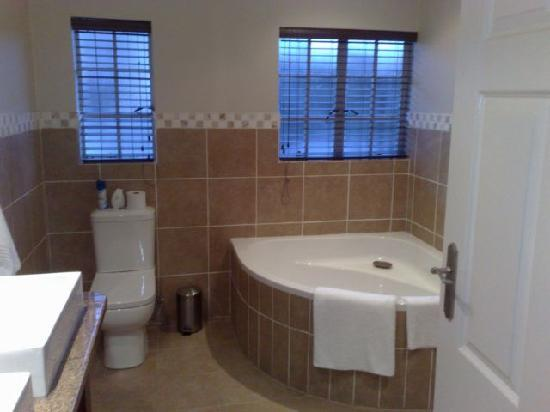 Bryan Manor Guest House: Bathroom with separate shower and bathtub
