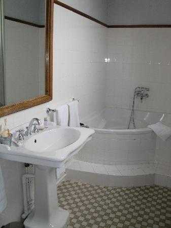 Chateau de La Tremblaye : Grande salle de bain très lumineuse