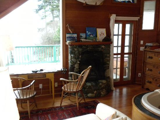 Sooke Harbour House: Livingroom area