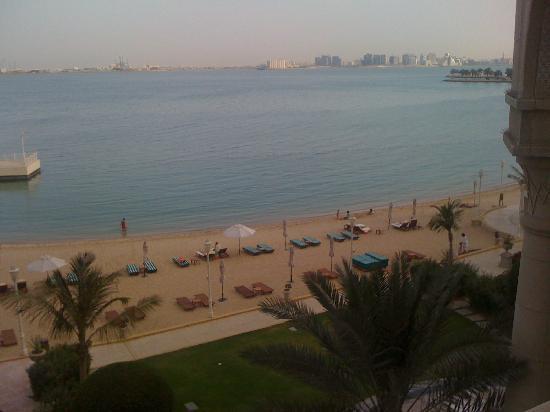 Four Seasons Hotel Doha: beach area. cleana and very nice