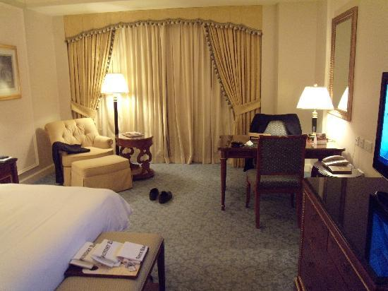 Four Seasons Hotel Doha: good space, excellent furniture