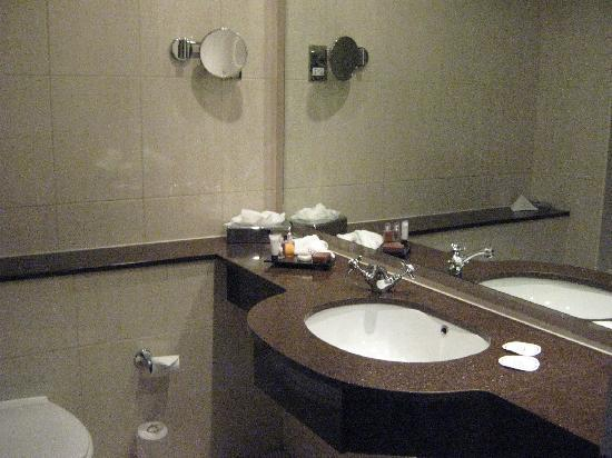 Shearwater Hotel: bathroom
