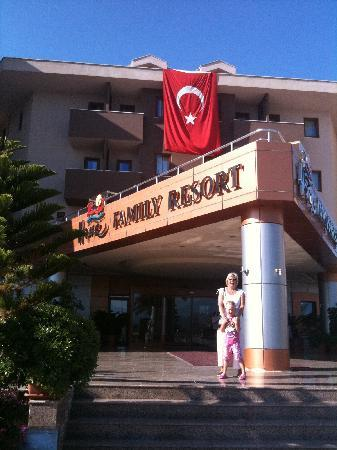 PrimaSol Hane Family Resort: Entrance to the hotel