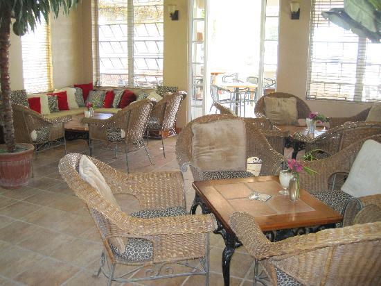Iguana Reef Inn: Seating in Bar Area at Iguana Reef