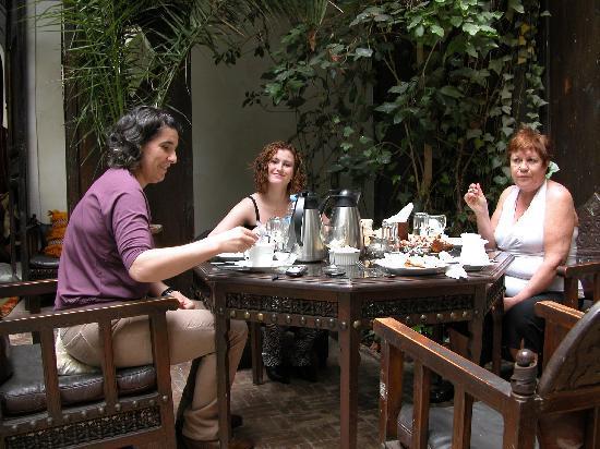 Dar Abiad: desayunando