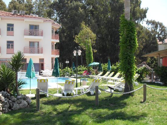 Ceren Hotel: Frontseite des Hotels mit Blick auf Pool und Bucht