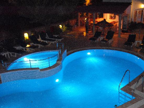 Small World Hotel: pool by night